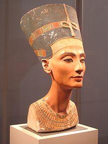 220px-Nefertiti_berlin